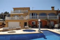 Casa adosada con piscina privada y vistas al mar