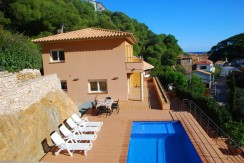 748 -Magnífica villa a pocos metros de la playa de Sa Tuna, con vista al mar.