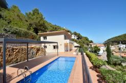 748 – Magnificent villa a few meters from the beach of Sa Tuna, overlooking the sea.
