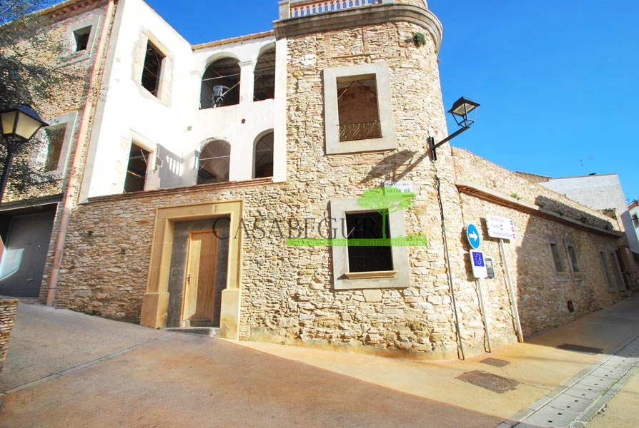 Townhouse / Hotel for sale in the center of Begur