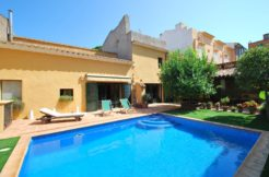 Townhouse with garden and pool in the center of Begur