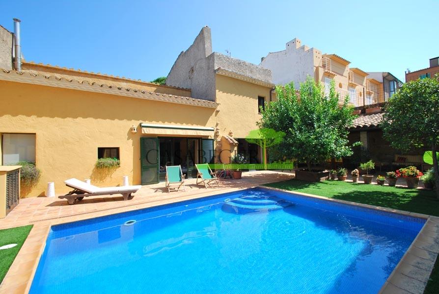 Casa de pueblo con gran jardín y piscina privada en el centro de Begur
