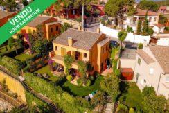 1266- Maison de ville avec piscine commune près du centre.