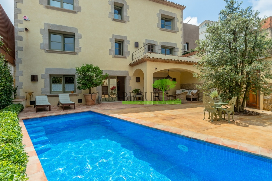 1319 Exceptional and unique large town house completely renovated in the center of Begur.