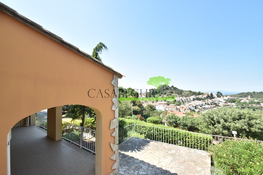 1326 Detached house a few meters from the center of Begur, with sea views.
