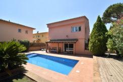 1350 Casa unifamiliar con jardín y piscina en Mont-Ras.